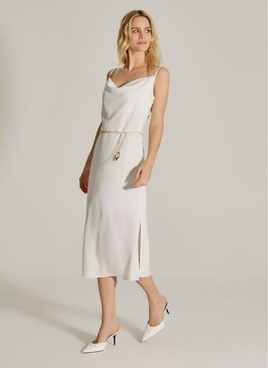 NGSTYLE Degaje Yaka Zincir Kemerli Elbise Beyaz